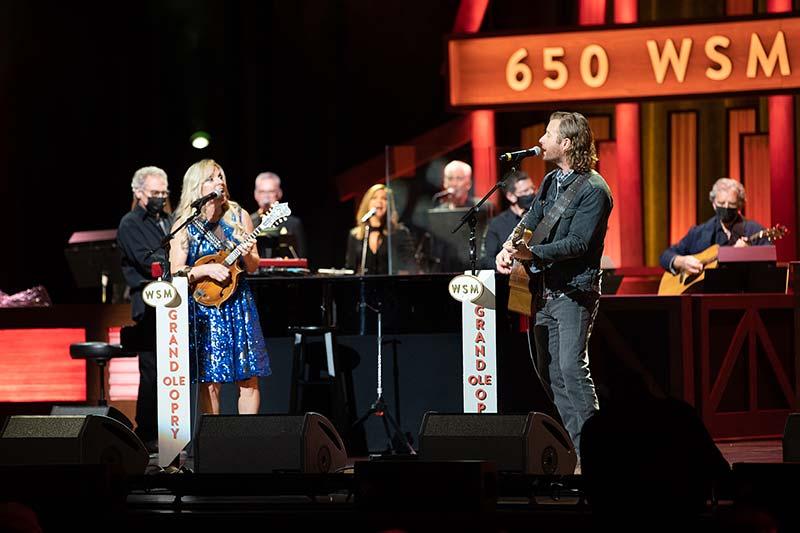 """Rhonda Performs Merle Haggard's """"Momma Tried"""" with Dierks Bentley"""